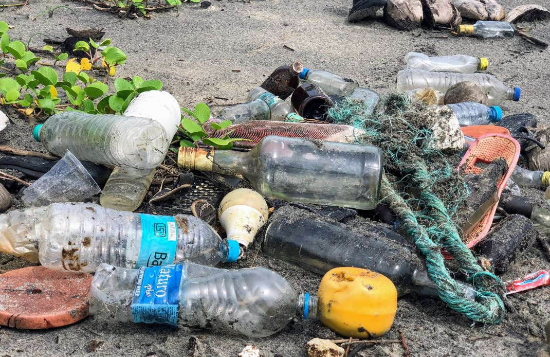 plastic waste on a beach | Tri-pack